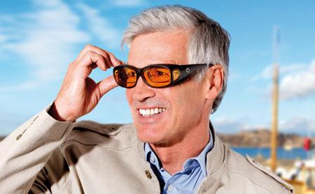 Mann mit Brille und Brillengläser mit Kantenfilter