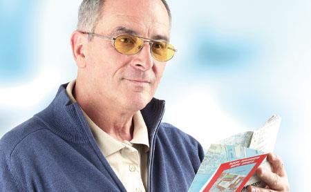 Mann mit Brille und AMD Comfort Gläser