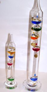 Ein kleines und ein großes Galileo Galilei Thermometer